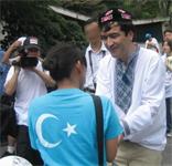 東トルキスタン・オリンピック反対デモ行進で支援者と。